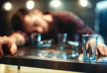 40 dagen geen druppel. Drunk man sleeps at bar counter, alcohol addiction