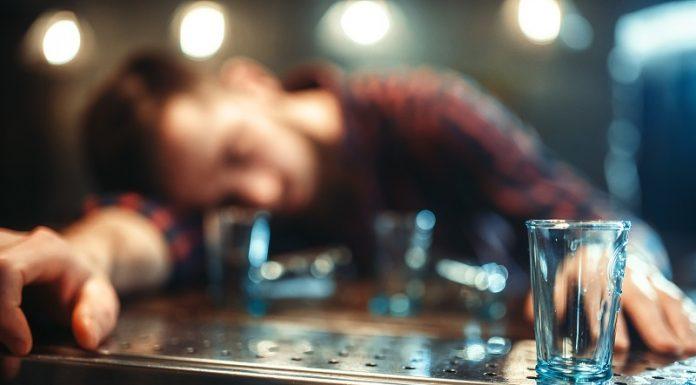 40 dagen geen druppel. Drunk man sleeps at bar counter, alcohol addiction