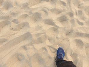 Wandelen in het zand is een prima training voor je benen, buik en rug.